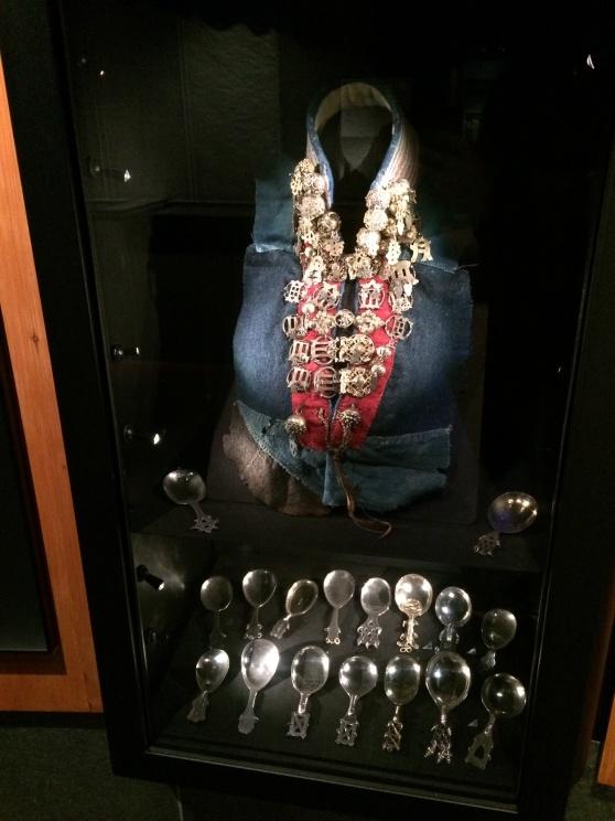 Samisk silverkrage, skedar och skopor tillverkade under 1800- och 1900-talen. Silvet berättar släktkrönikor i och med att det gick i arv och silvret i högtidsdräkten visade på framgång i renskötsel och handel