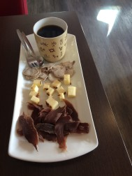 Kaffetåren. Svart kokkaffe som serveras med torrkött, rentunga och kaffeost