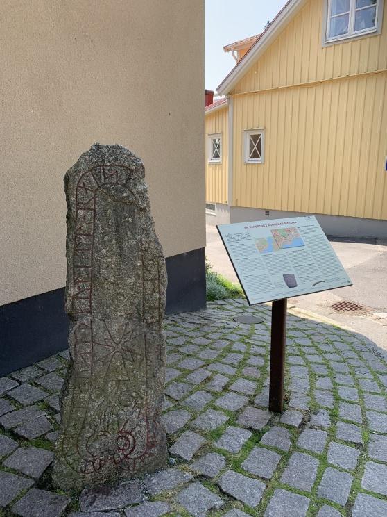Runsten utanför Sigtuna Museum. Sigtuna har flest runstenar i hela världen. Det finns mellan 15-25 st bara häroch 170omman räknar hela kommun.