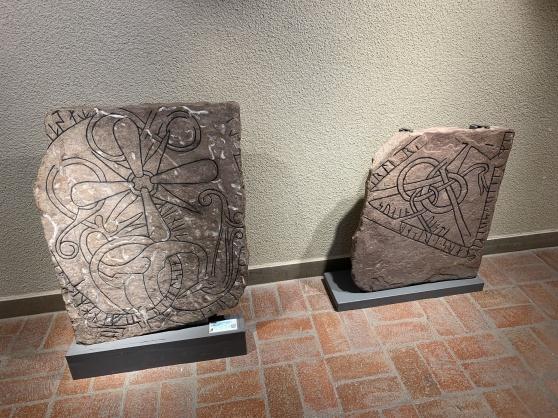 Runstenarna restes framför allt under 1000-talet, på ställen där man var säker på att folk skulle se dem. Oftast var det till minne av någon men de kunde också berätta om resor. De här runstenarna ingår i Sigtuna Museums samling.