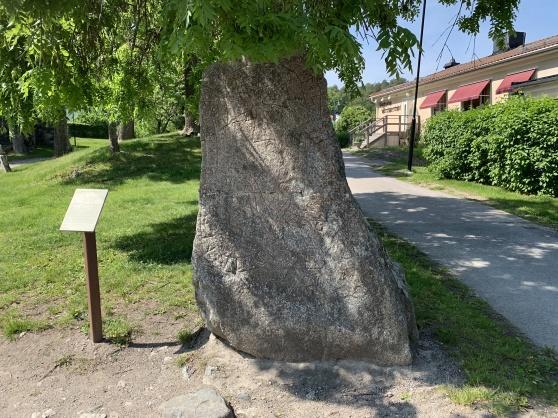 """Runsten intill St. Lars kyrkoruin. De flesta runstenarna i Sigtuna var kristna och inskriptionen avslutades ofta med en bön. """"Gud, hjälp hans ande."""""""