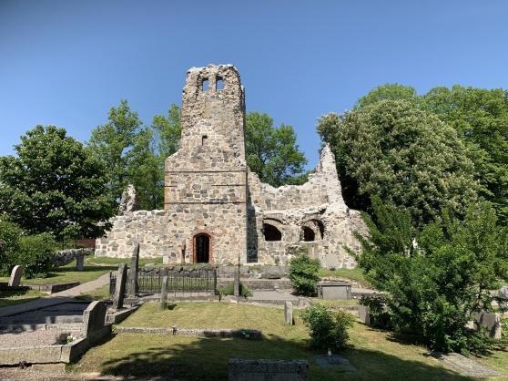 St. Olofs kyrkoruin, byggd på 1100-talet. Staden var kristen och grundades av Kung Erik Segersäll 970 e. Kr.
