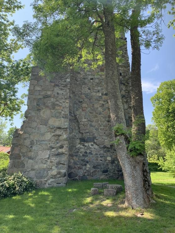 St. Lars kyrkoruin, också byggd på 1100-talet. Användes fram till reformationen då den lämnades att förfalla tillsammans med de andra stenkyrkorna.