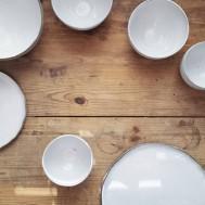 tallrikar och skålar i grå lavalera