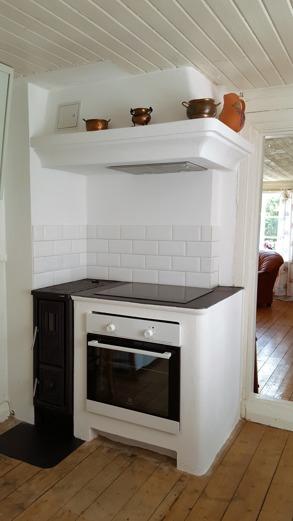 Köket, med ny kåpa och vedspis