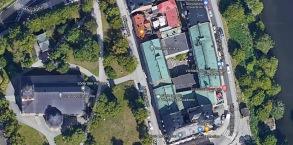De gröna taken är kyrkans fastigheter och till vänster ser vi kyrkan och till höger vattnet/kanalen