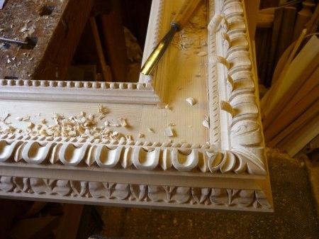 Träbildhuggeri - Italiensk renässansram under tillverkning.