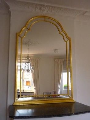 Förgylld spegel med infällt glas i ramen, måttbeställd till öppen spis.