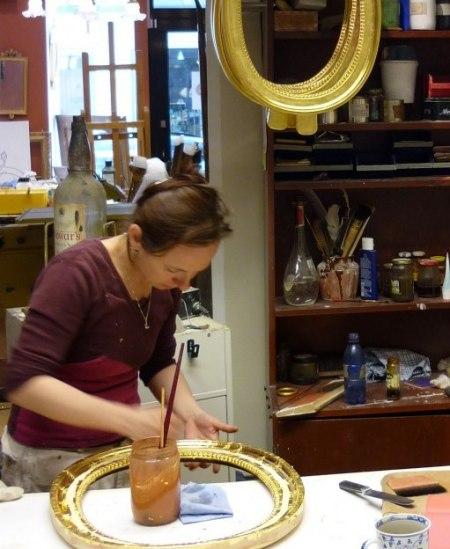 Förgyllare Lotta - Förgyllning med bladguld på ovala gustavianska spegellampetter.