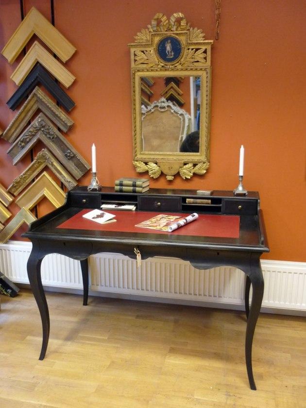 Skrivbord rokoko med låduppsats, sarg och skinn på skivan.