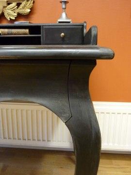 Skrivbord. Lådfront - integrerad i sargen