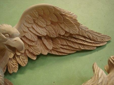 Bildhuggeri - Detalj av örn, huvud och vinge.