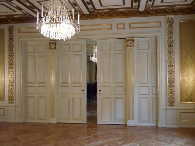 Förgyllning av listverk och ornament i Bankettsalen på IVA