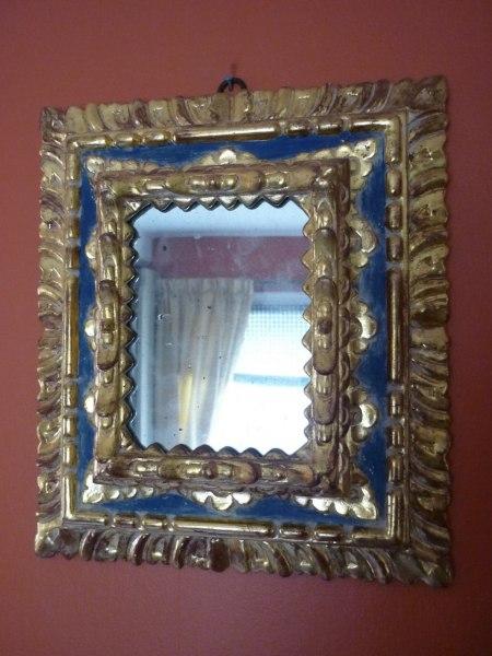 Förgylld spegel. Nytillverkad handskuren renässansmodell.