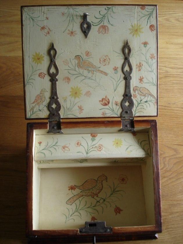 Dekormålad insida med naivt blomster och fågelmotiv från barocken