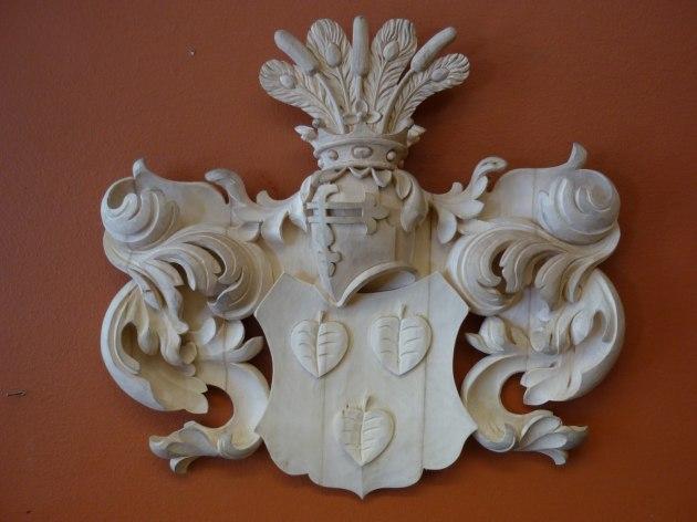 Träskuret heraldiskt vapen