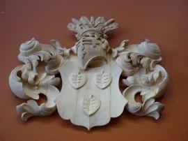 Träbildhuggeri av ett heraldiskt adelsvapen