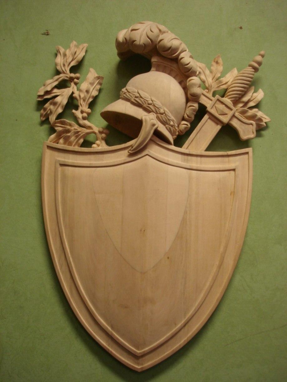 Träskuren trofésköld i Empirestil