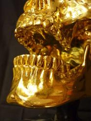 Handgraverade tänder på den förgyllda döskallen