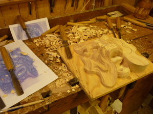 Träbildhuggeri - skärning av maskaron i lind.