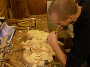Träbildhuggare Christer Björkman under arbete med maskaronen