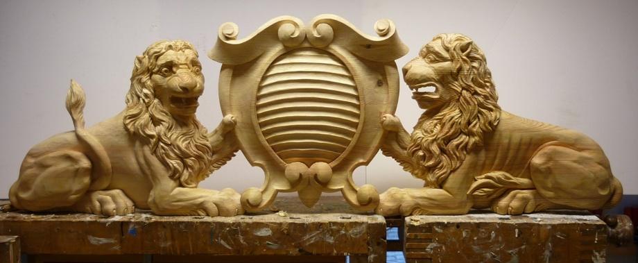 Träskuret dörröverstycke i barockstil