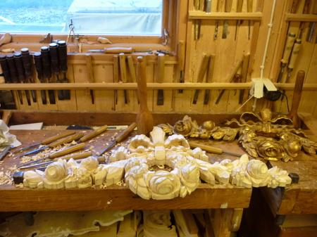 Träbildhuggeri - Gustavianskt dörröverstycke under tillskärning