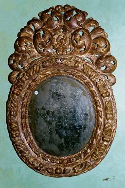 Restaurerad spegel - efter funnet bildmaterial av en identisk ram kunde detta objekt helt återställas till sitt ursprungliga skick.