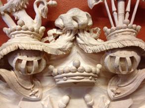 Träskurna bygelhjälmar som omges av hjälmtäcke