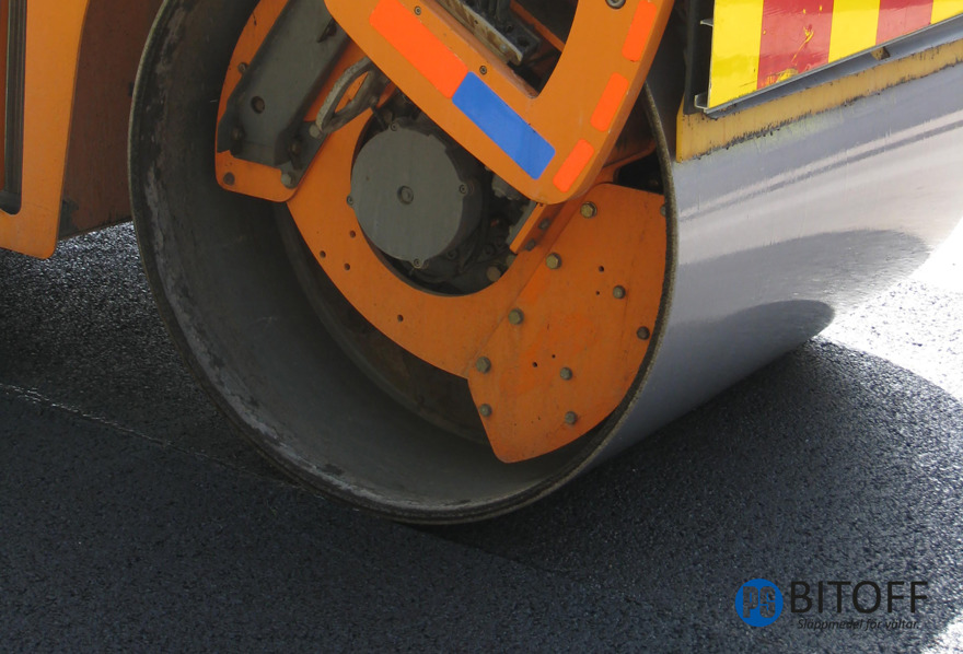 Asfalt släppmedel för vältar vid asfaltshantering. PS BITOFF är ett flytande, biologiskt nedbrytbart asfalt släppmedel för vältar i vältvattnet vid asfaltering tex vid tunnskikt TSK