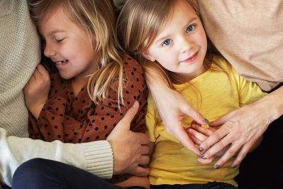 bild på två barn vid en familjefotografering