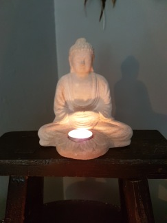 Buddha med ljushållare - Buddha med ljushållare benvit