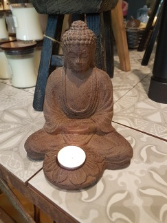 Buddha med ljushållare - Buddha med ljushållare brun