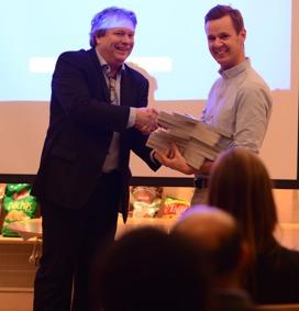 Thomas Järund, Kommunikationschef på  Serneke Group AB tar emot priset av Ordförande Michael Ljungberg Foto: Wahid Raziullah