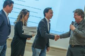 Syskonen Quang, Julia och Minh Nguyen tar emot priset av ord. Mikael Ljungberg,  Foto: Wahid Raziullah