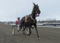 V75-2 Dealwithakiss Segerdefilering - Foto: Lars Jakobsson/Kanal75