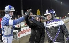 Kim, Isabelle och David High Five efter segern. Foto: Lars Jakobsson / TR Media