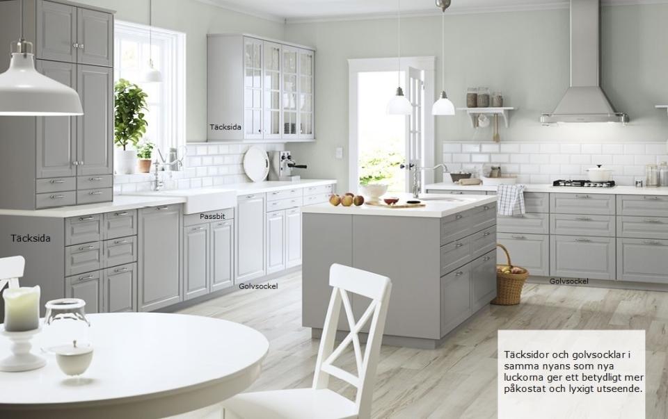 Bilden visar hur effektfullt det kan bli med täcksidor och golvsocklar i samma nyans som nya köksluckorna. Skåpens vita färg trollas bort. Designen är en specialdesign som utgått ur sortimentet och ersatts av Faktum W12. Färg: Easy Grey.
