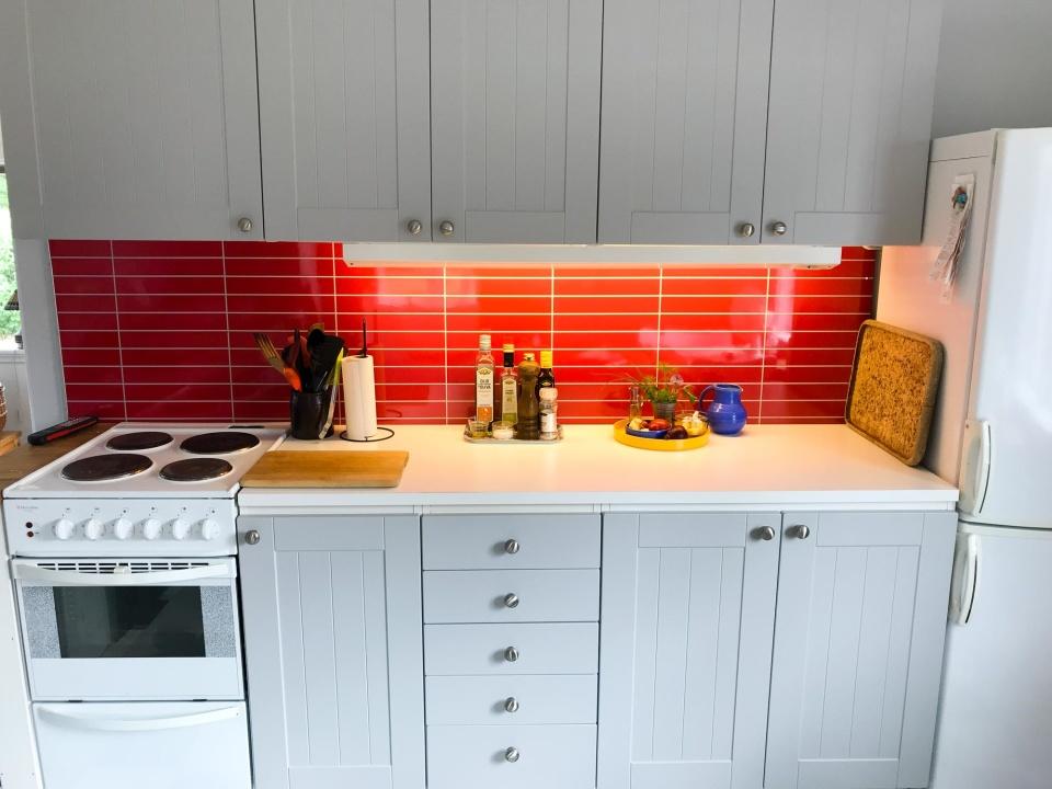 Inskickad kundbild: Ett kök från sent 1980-tal på Öland som fått ett facelift med design Faktum W10 i Easy Grey. Juni 2018