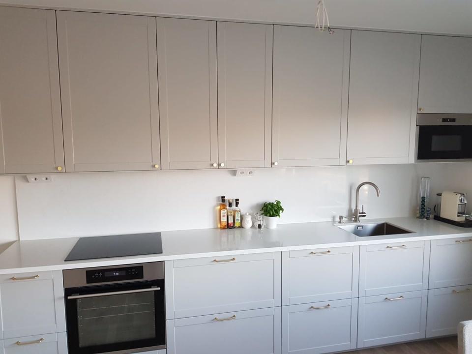 """Nybyggt kök med skåp och stommar från IKEA Metod. Luckor från Smålandsluckan i design W76 och nyans Easy Grey. Kunden valde våra luckor som ett alternativ till """"Lerhyttan"""". Klicka för större bild. Inskickad kundbild, byggt söder om Stockholm."""