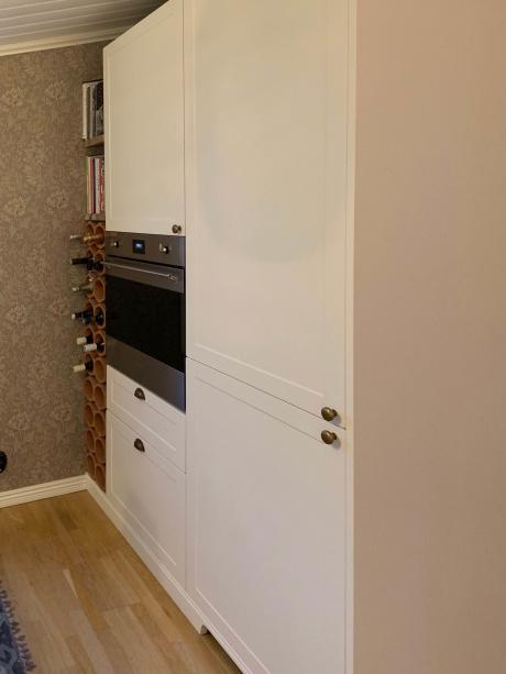 Design W75 i Magnolia White på stommar av IKEA Metod.