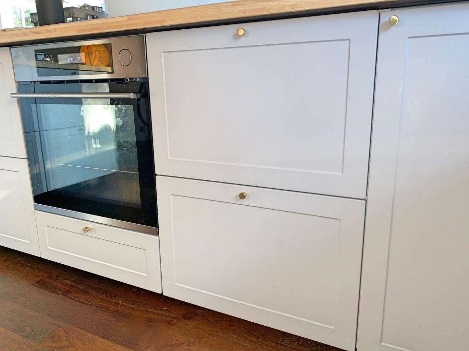 Inskickad kundbild. Ett nybyggt kök utanför Uppsala baserat på skåp och stommer från IKEA Metod och nya fronter från Smålandsluckan.se Design W75 i Easy Grey.