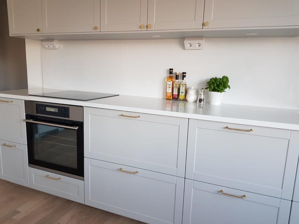 """Ett nybyggt kök med skåp och stommar från IKEA Metod. Luckor från Smålandsluckan i design W76 och nyans Easy Grey. Kunden valde våra luckor som ett alternativ till """"Lerhyttan"""". Klicka för större bild. Inskickad kundbild, byggt söder om Stockholm."""