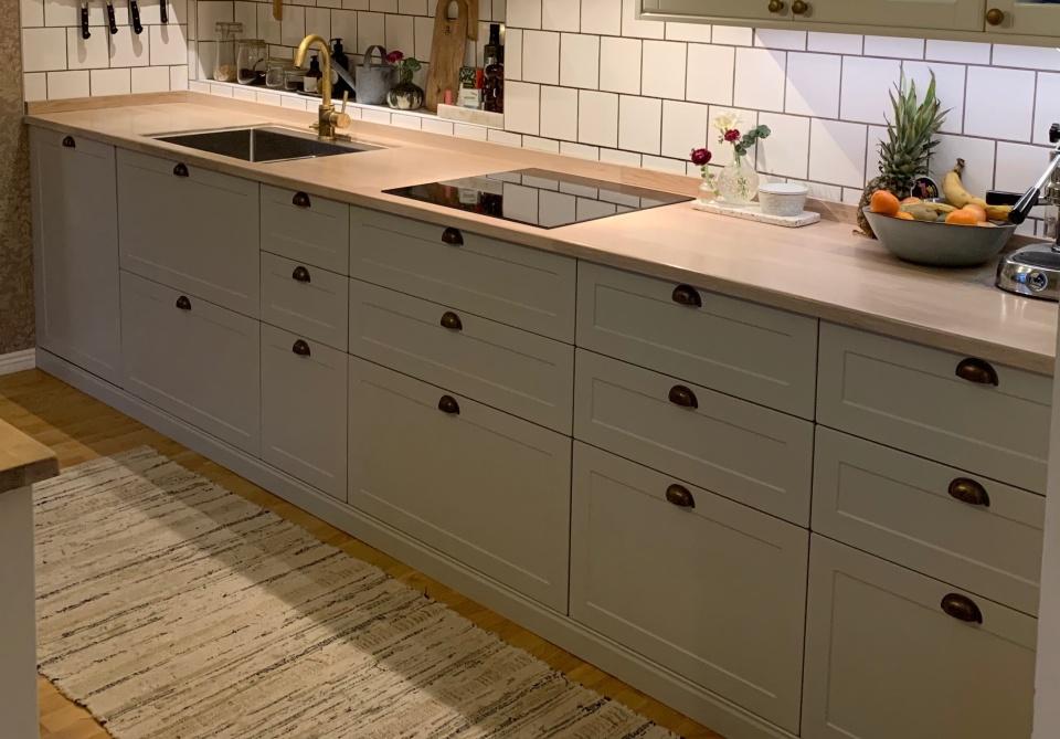 """Ett nybyggt kök med skåp och stommar från IKEA Metod. Luckor från Smålandsluckan i design W75 och nyans Easy Grey. Kunden valde våra luckor som ett alternativ till """"Lerhyttan"""".  Inskickad kundbild, byggt i en sekelskiftesvilla strax utanför Göteborg. Klicka för större bild."""