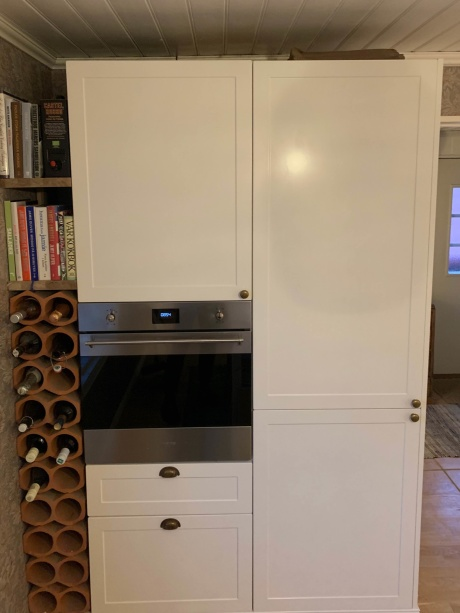 Inskickad kundbild. Nytt kök byggt på landet strax utanför Göteborg med skåp och stommar från IKEA Metod. Design W75 i Magnolia White från Smålandsluckan.se