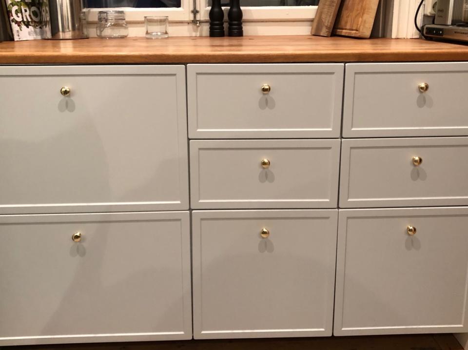 Inskickad kundbild från Södermalm, Stockholm. Design W24 i Easy Grey på stommar av IKEA Metod. (lådorna var ännu ej injusterade när bilden togs).