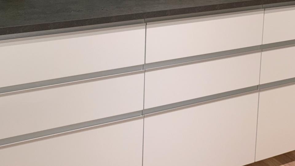 Lådfronter för IKEA Metod med infällda handtag i aluminuim. Design UAL-5 i Jasmine White finish. Inskickad kundbild, Stockholm
