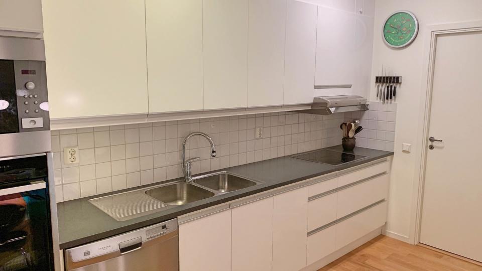 Ett Vedum-kök i Hammarby Sjöstad (södra Stockholm) som vi uppgraderat med nya köksluckor i design UAL-5 och White Semigloss.