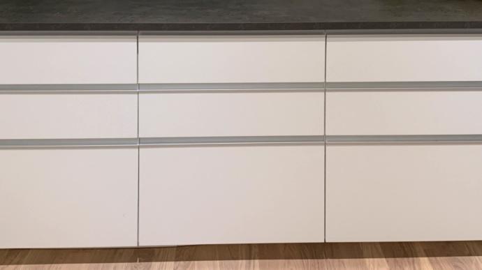 UAL-5 i Jasmine White. Här på skåp och stommar IKEA Metod. Inskickad kundbild. Solna mars 2019.