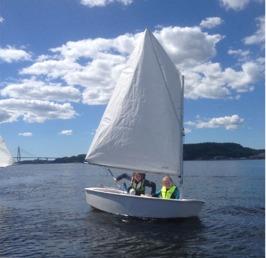 Optimist som seglas av elever i Viken Ägirs seglarskola
